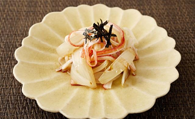 玉ねぎとカニカマの中華和えの写真