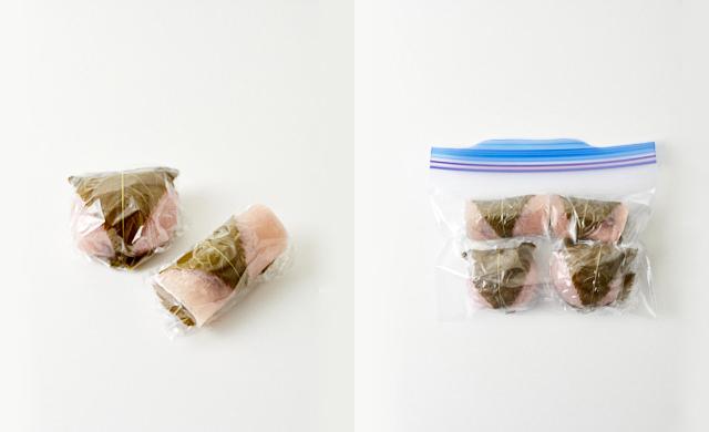 桜餅をラップに包んだ写真/ラップに包んだ桜餅を冷凍用保存袋に入れた写真