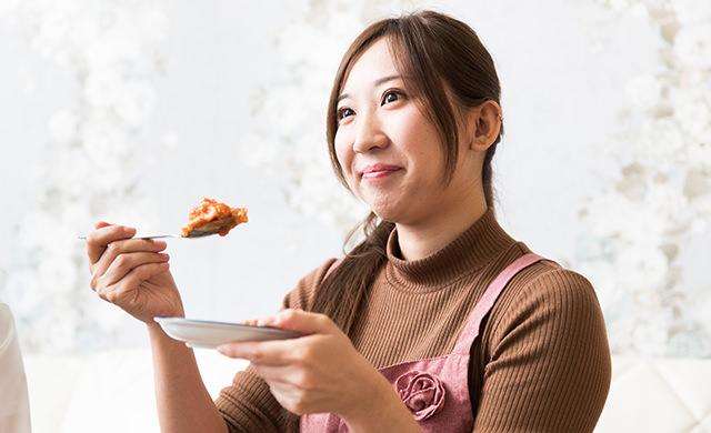 試食するmakoさんの写真