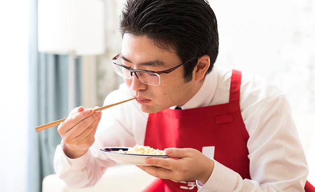 試食する原山さんの写真