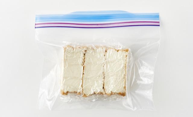 ラップで包んだ厚揚げが冷凍用保存袋に入っている写真