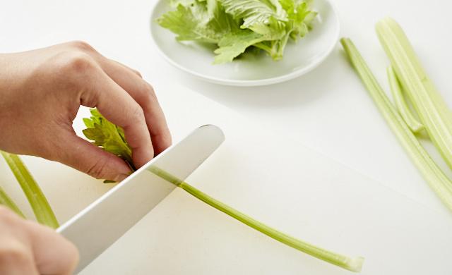 セロリの葉と茎を切り分けた写真