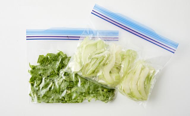 セロリの葉と茎が冷凍用保存袋に入っている写真