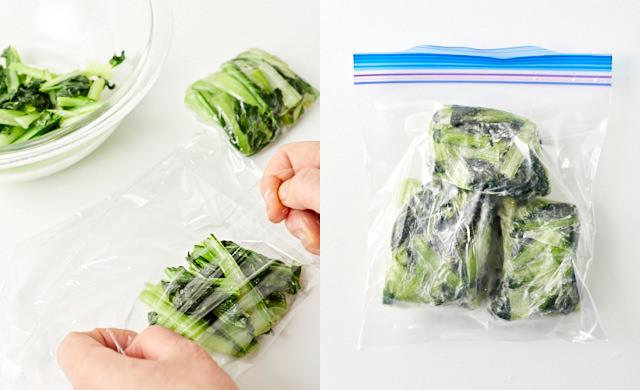 炒めたターサイをラップに包み、冷凍用保存袋に入れている写真