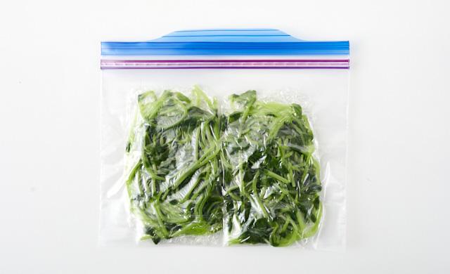 豆苗を冷凍用保存袋に入れた写真