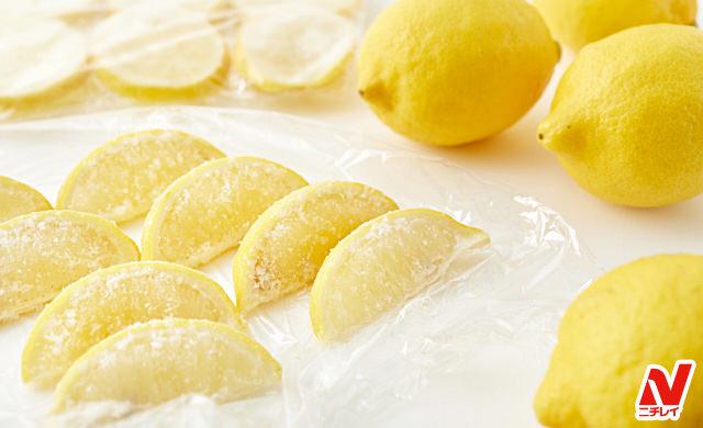 冷凍したレモンと生のレモンの写真