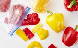 【パプリカの保存】冷凍で1ヵ月もつ!凍ったまま料理に使えて便利