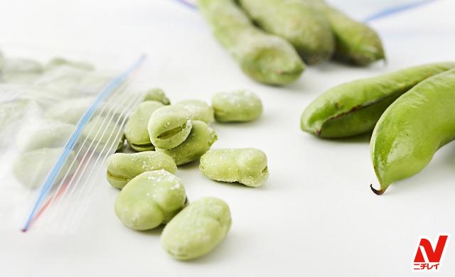 冷凍したそら豆と生のそら豆の写真