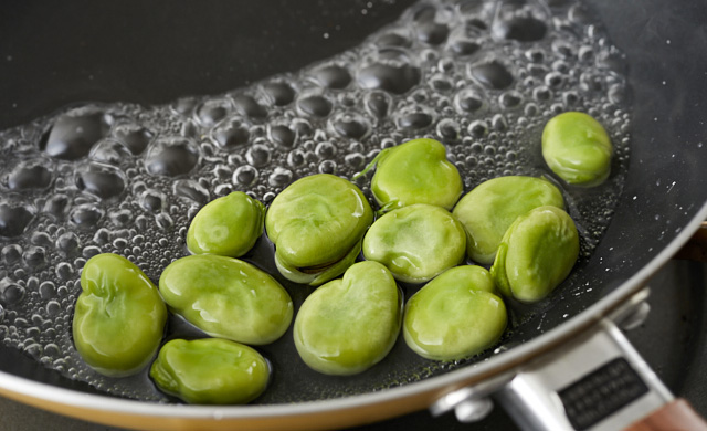 凍ったそら豆をゆでている写真