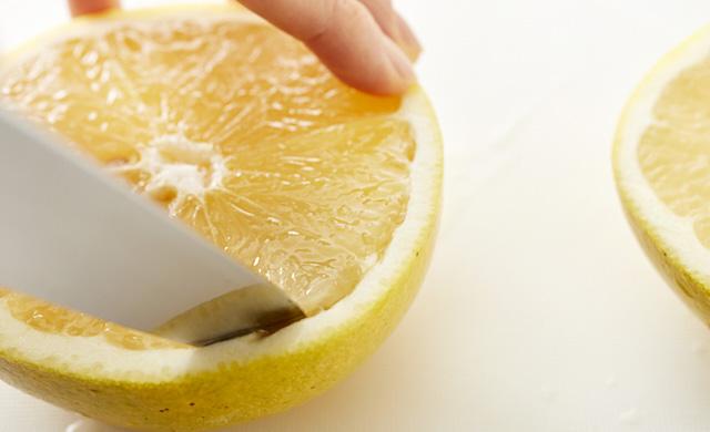 グレープフルーツに切り込みを入れている写真
