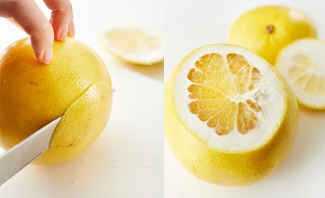 グレープフルーツの上下を切り落としている写真