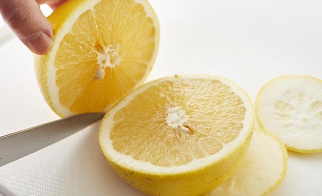 グレープフルーツを半分に切っている写真