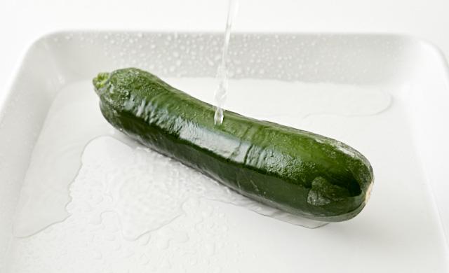 冷凍ズッキーニを流水に当てている写真