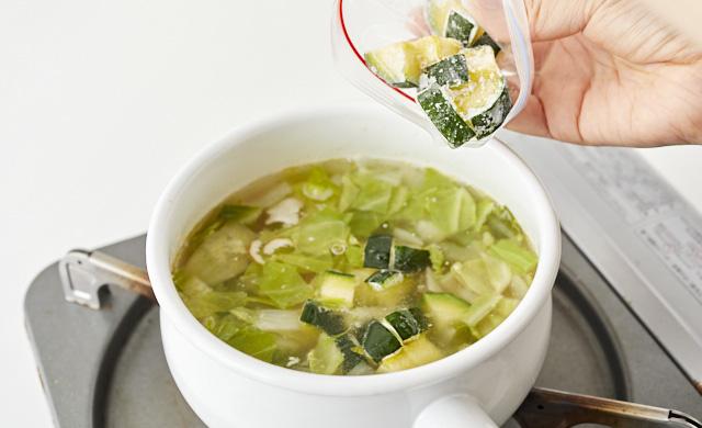 冷凍ズッキーニをスープに加えている写真