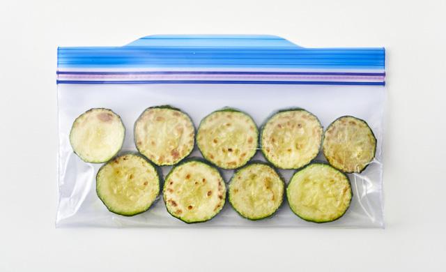 炒めたズッキーニを冷凍用保存袋に入れている写真