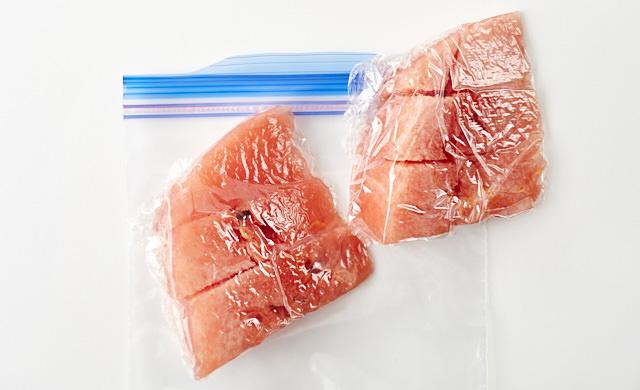 スイカを切って、冷凍する写真