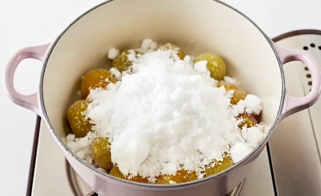 鍋に梅と砂糖を入れた写真