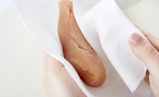 ささみをペーパータオルで拭いている写真