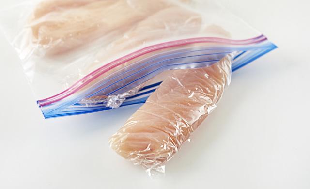 ラップで包んだささみを冷凍用保存袋に入れている写真