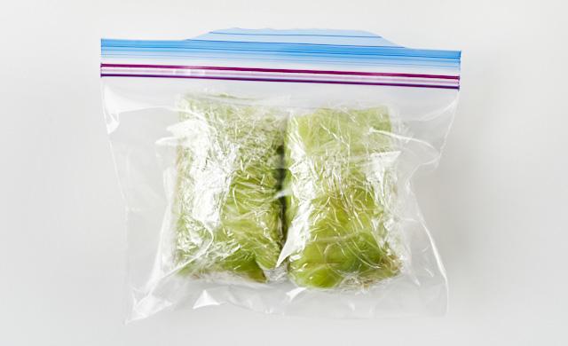 生のロールキャベツを冷凍用保存袋に入れている写真