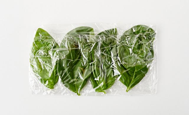 バジルの葉をラップで包んだ状態の写真