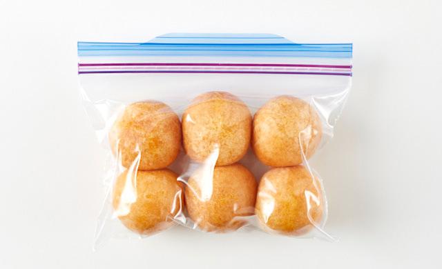 チーズボールを冷凍用保存袋に入れた写真