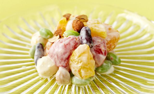 パプリカとフルーツと豆のヨーグルトサラダの写真