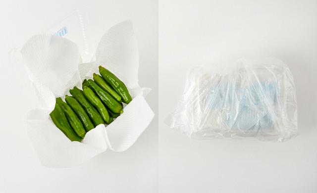 ししとうをペーパータオルで包み、パックに戻して、ポリ袋に入れる写真