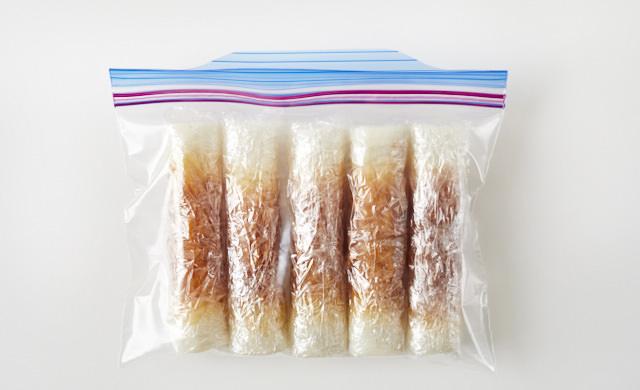 ちくわを冷凍用保存袋に入れた写真