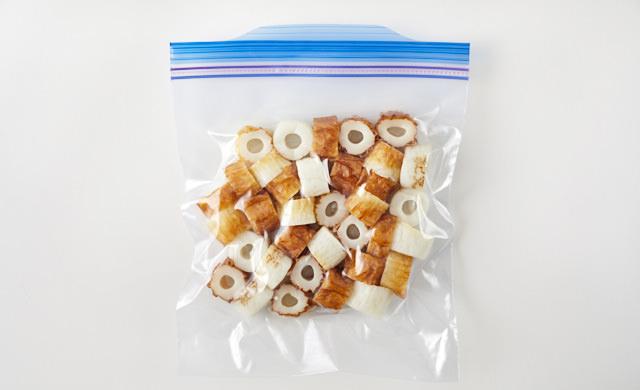 輪切りのちくわを冷凍用保存袋に入れた写真