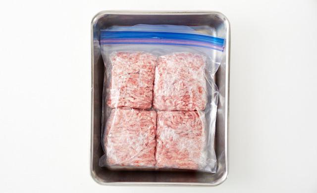 挽き肉をバットにのせている写真