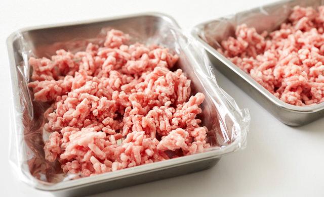 パラパラに冷凍した挽き肉の写真