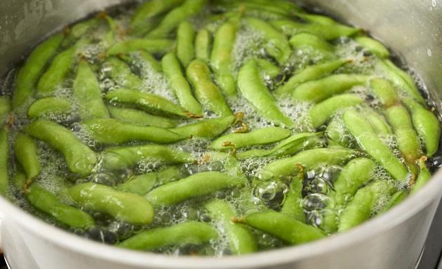 熱湯で枝豆をゆでている写真