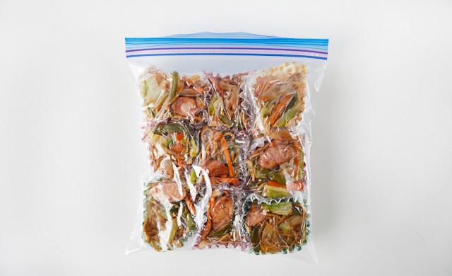 冷凍用保存袋におかずカップの焼きそばを入れた写真