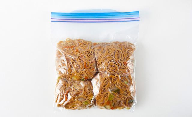 焼きそばを冷凍用保存袋に入れている写真