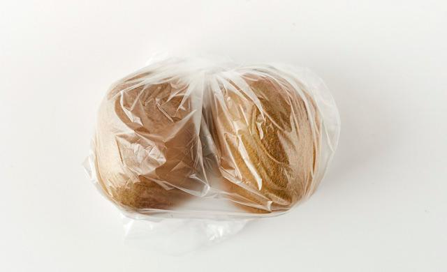 キウイをポリ袋に入れて追熟している写真