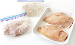 生の鶏むね肉と冷凍した鶏むね肉の写真