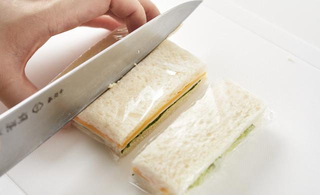 サンドイッチを切っている写真