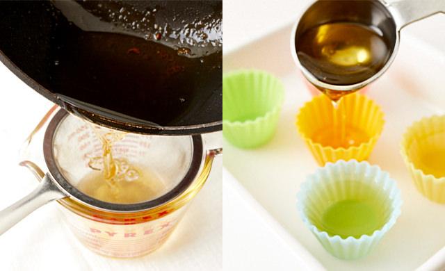 鶏油をこして、シリコンカップに入れる写真