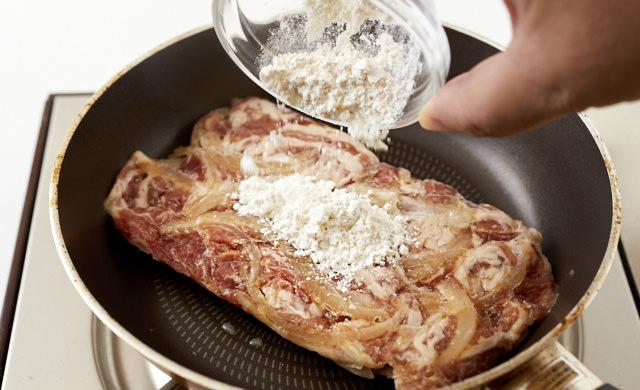 下味冷凍した豚肉に粉をふる写真