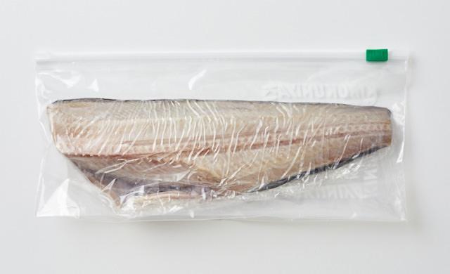 ラップで包み冷凍用保存袋に入れた写真