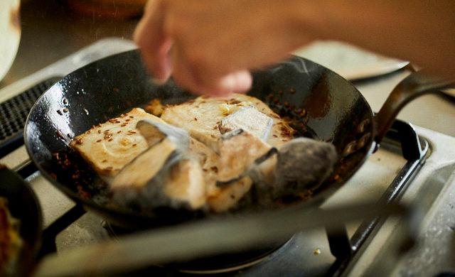 揚げなすとメカジキのクミンソテーの調理写真