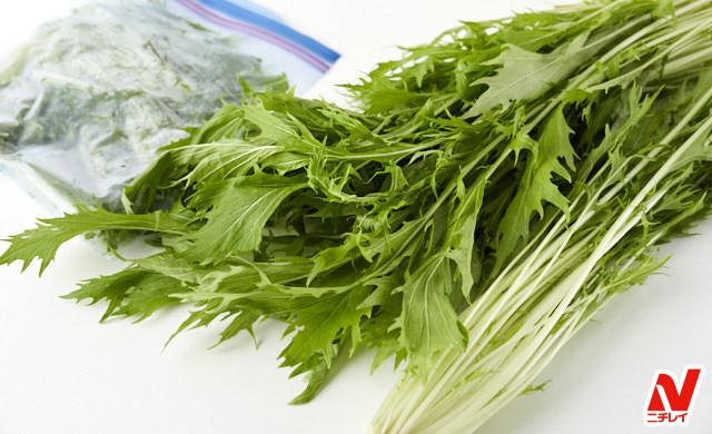生の水菜と冷凍した水菜を並べた写真