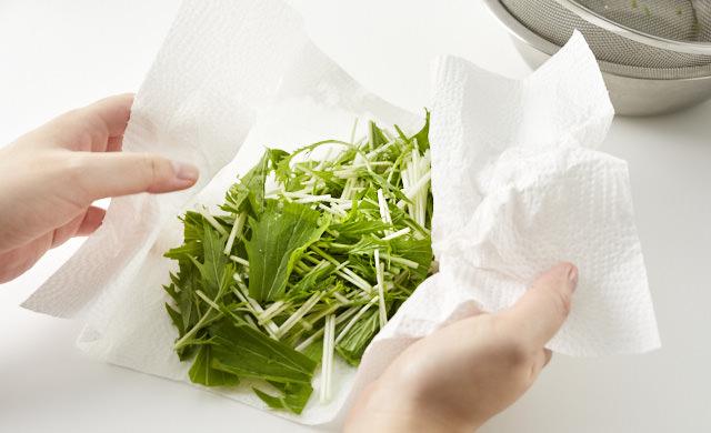 水菜の水気を拭き取る写真
