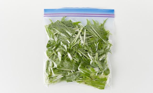 水菜を冷凍用保存袋に入れた写真