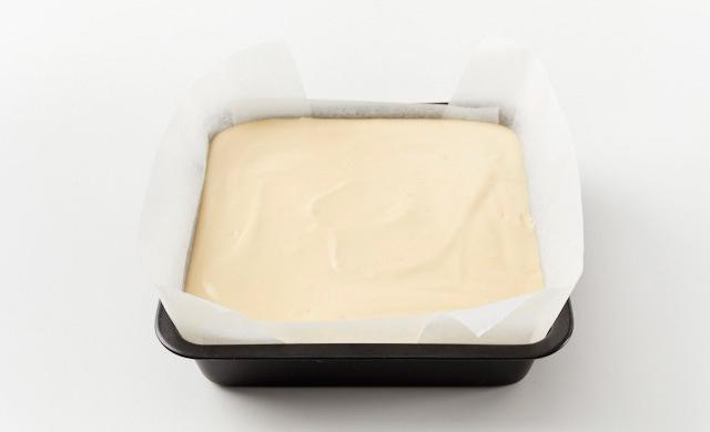 18㎝の角型にオーブンペーパーを敷いて生地を入れた写真
