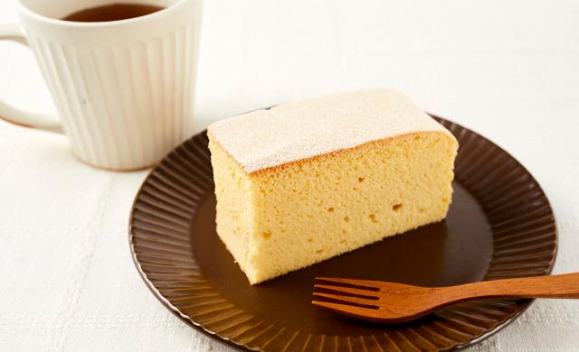 10等分に切って、きび砂糖をかけた台湾カステラの写真