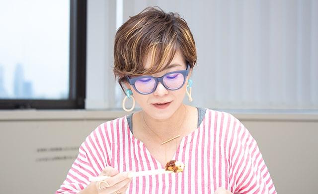 『いろいろ使える ピリ辛肉そぼろ』を食べる林さんの写真