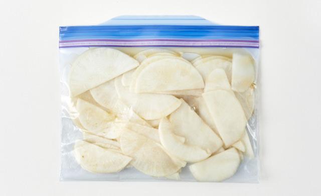 めんつゆで下味を付けたかぶを冷凍用保存袋に入れた写真