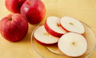 丸ごとのりんごとりんごの輪切りの写真